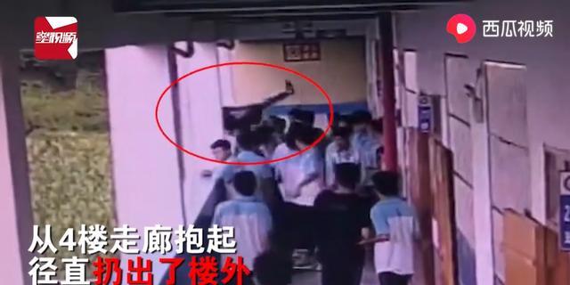 中学生被同学扔下4
